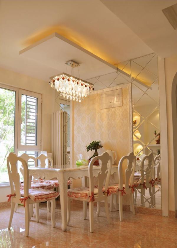 金色水晶吊灯,鹅黄色壁纸搭配镜面处理的背景墙,将本来光线不好餐厅映衬的格外靓丽。