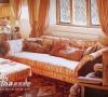 欧式风格,奢华的居室布置,沙发,茶几以及窗帘都是镜头下最抢眼的布置