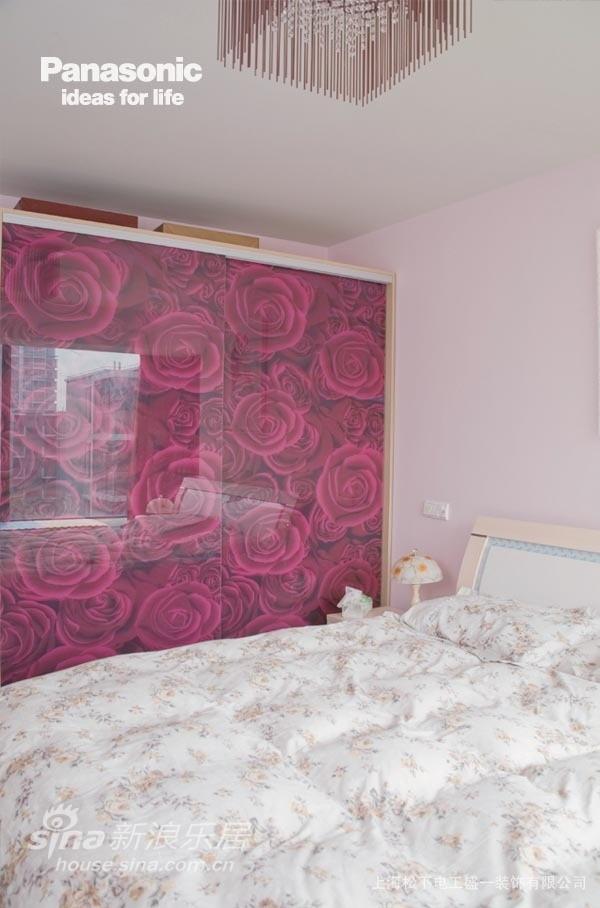 玫瑰的门板与粉色的卧房相得益彰
