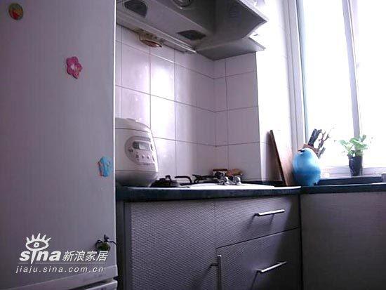冰箱和橱柜之间可以放收起来的凳子。
