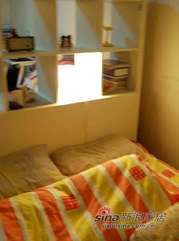 床头灯就放在格子里面,同时在客厅区还可以