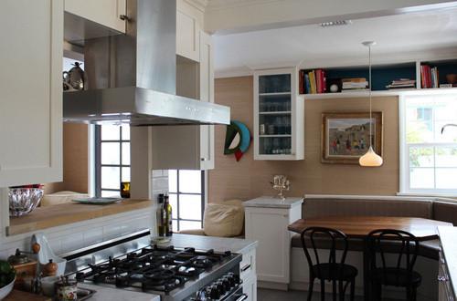 厨房边上就是餐厅,由于家的空间不大,所以在餐厅也设计了一些收纳空间。餐桌上方的灯特别的优雅。