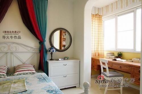 主卧室旁边设有书桌。