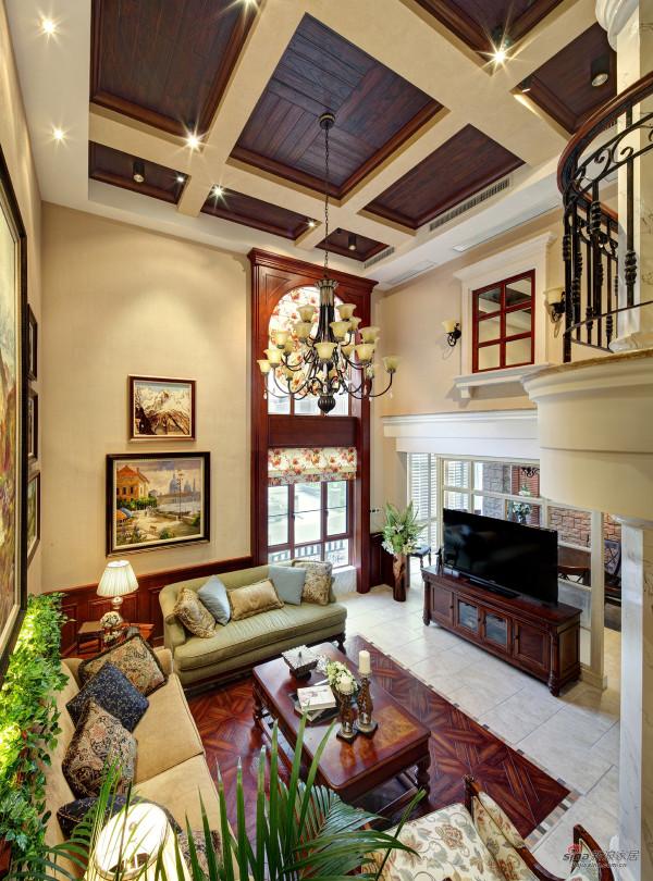 高耸的落地窗,大气而尊贵的挑高客厅