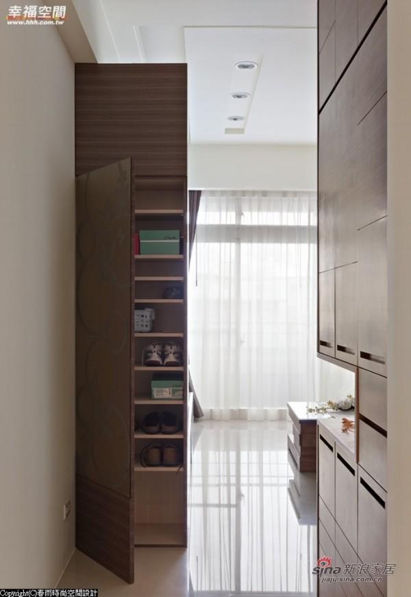 内藏大量收纳空间,同时兼具穿衣镜功能