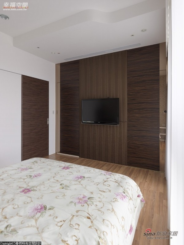 对称性的入口收入更衣室及卫浴空间