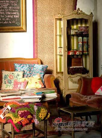 混搭 二居 客厅图片来自用户1907691673在老房大整形刮起欧美艳丽风67的分享