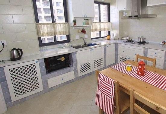 厨房橱柜是自己用砖头给砌的,上面的小方砖和客厅背景墙上的砖是一样的,做这个可不容易,设计师和土工师傅折腾了挺久才搞定. 橱柜拉手用了圆圆的蓝拉手,超可爱!
