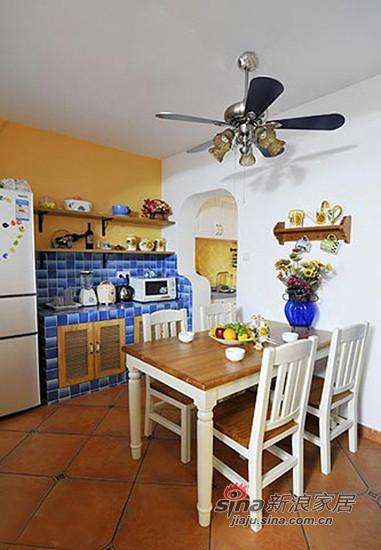 杏黄色墙面搭配蓝色瓷砖 铺贴的自砌餐边柜