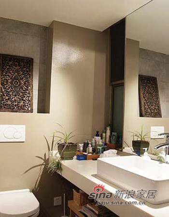 浴室中的一面墙壁换成了一扇玻璃窗