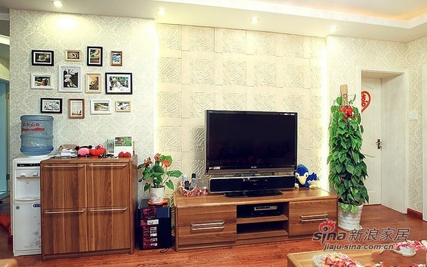 简约 三居 客厅图片来自用户2739153147在8万营造90平原木色3居婚房37的分享