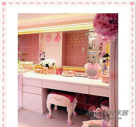 全屋以粉红地毯的回旋梯搭配白色的锻造铁花