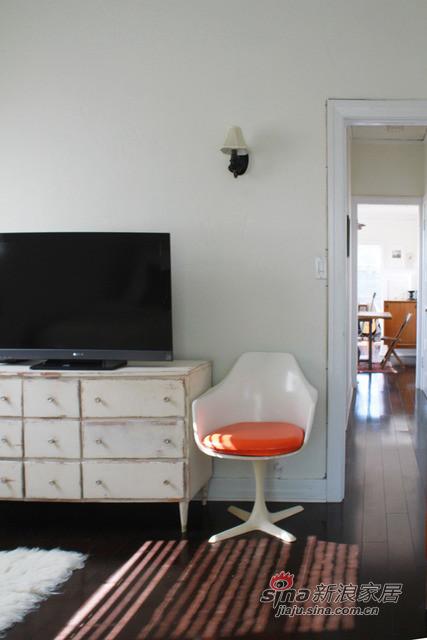 条纹的地毯和白色的主色背景,增大空间感