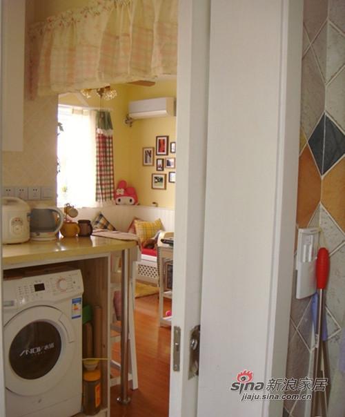 厨房一眼就能看到客厅。小户型就有这好,