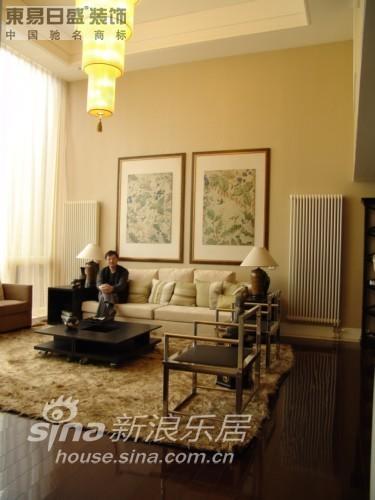 设计师坐在客厅里~~