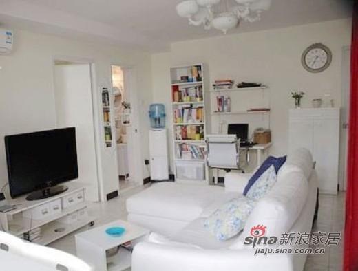 将客厅里的电视柜、书柜、小茶几等家具都与