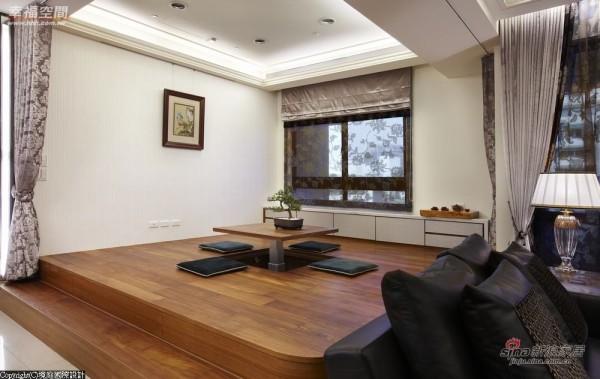 电动升降桌加以活动布帘,切换和室与客卧