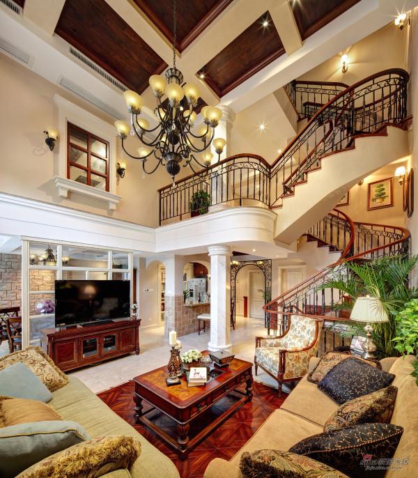 旋转楼梯带来动感,为偌大的客厅注入了活力