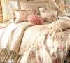 温柔的王妃在房间里展现了所有女性的妩媚,花团抱枕风情万种