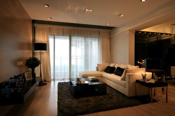 将地板铺到电视背景墙,整体延伸塑造效果极强。黑色镜面茶几与皮绒沙发的搭配尤为成功,加上错落有致的射灯,整个空间彰显现代气息。
