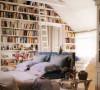好想拥有这样一间卧室,大大软软的床和摆满整个书架的书~