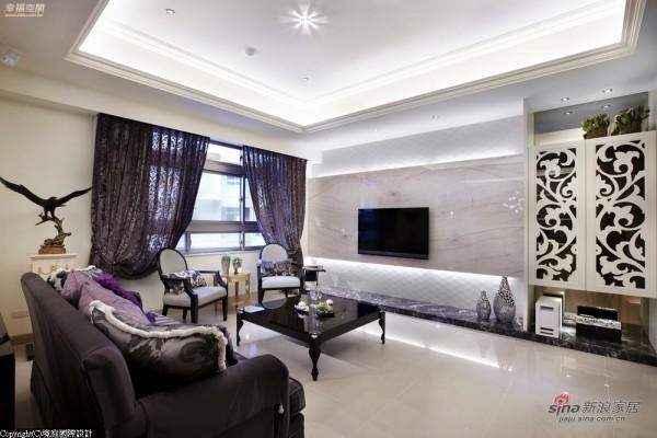 白色系与灯光的延续,轻量化视觉客厅主墙