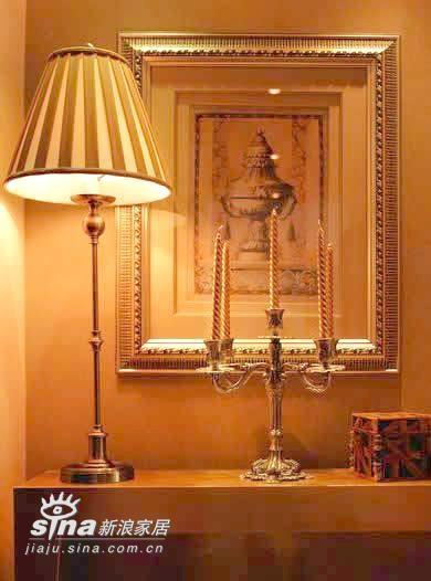 """装饰品往往起到画龙点睛的作用,古人长云:""""洞房花烛夜"""",因此在卧室里摆上烛台和蜡烛不失为一个好计策,既应了此刻此景,又美观大方"""