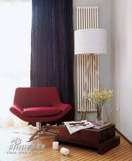 卧室的一角是紫红色的单人沙发,和白色的落地灯相互依偎。