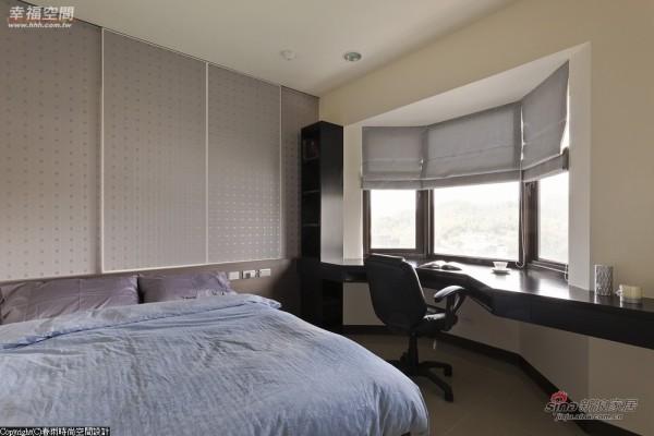 顺着窗型将书桌也修饰为圆弧,柔化了棱角