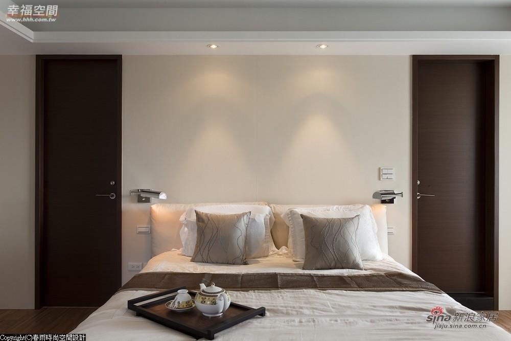 床头另外两扇对衬的门分别为更衣室与主卫浴