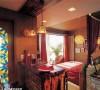 仔细留意餐桌,提升了高度,既可就餐,又是一个吧台,整体的框架也是用红砖砌成,踏脚的木板下方同样设置了日光灯