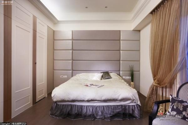 主卧房以对称线条隐藏住床边卫浴