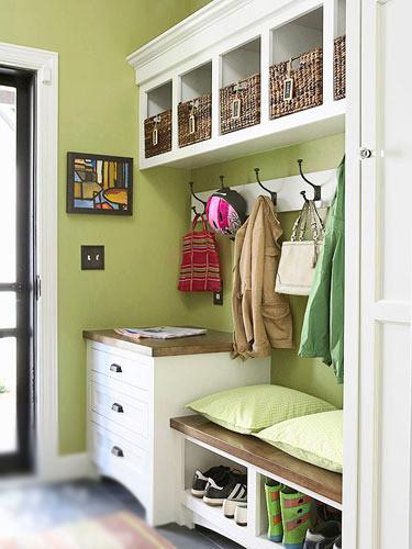 白色的玄关组合柜简洁有型,无论是一边的抽屉柜,还是顶部的吊架,都能成为家具整体的点睛一笔。而坐凳下面设置成开放型的收纳格,这样的设计也很实用,可以将凌乱的鞋子整齐排列,以保证进口的时候给家人或者访客一个整洁的视觉印象