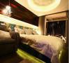 隐藏在床内的灯光通过镜面反射,整张床像浮