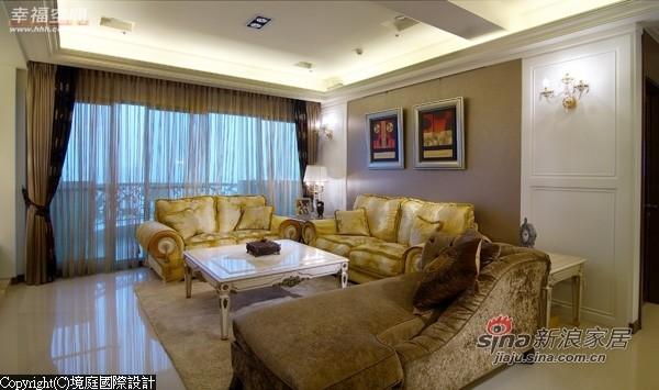 新古典风格的特征,被巧妙运用在客厅空间