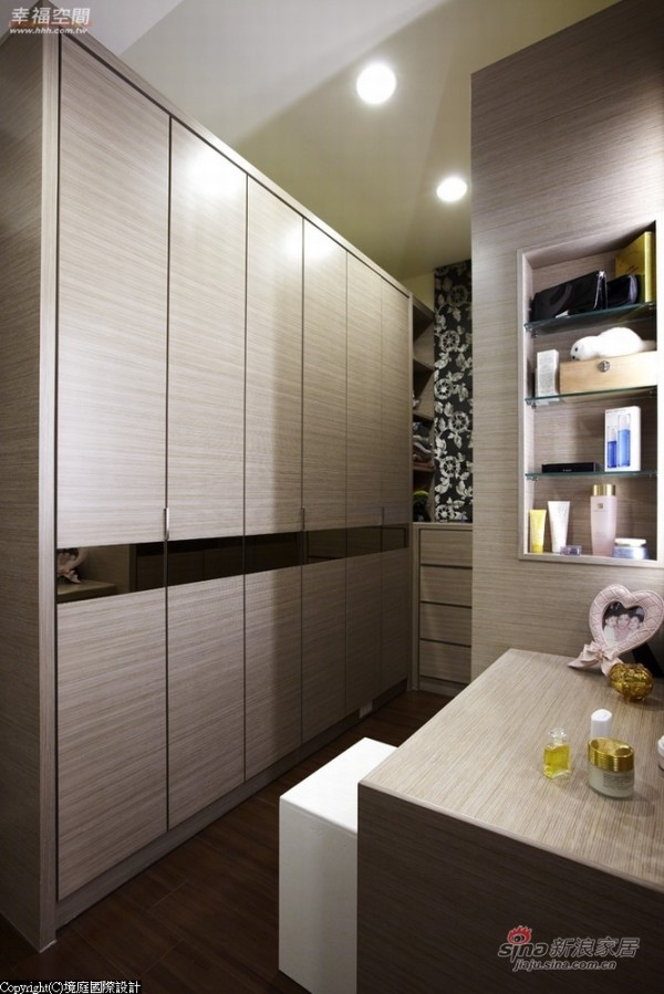 大量的柜体以相同材质围塑一体成形的空间感