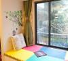 客厅飘窗位置的设计,客厅的阳台做成了榻榻米的效果。可以在这里看书