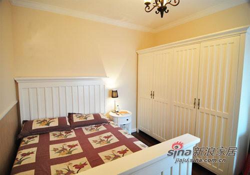 客房的床铺较小,但是干净整洁
