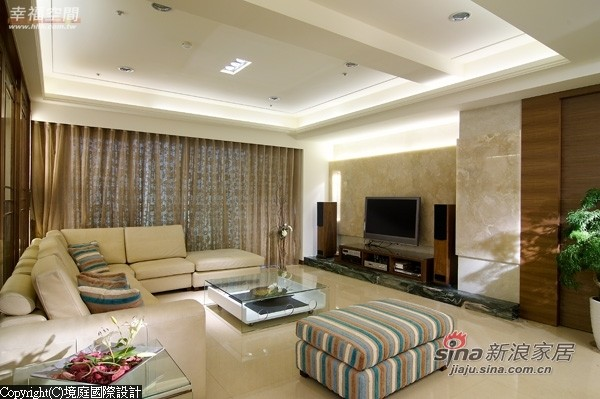 客厅宽敞简雅,电视柜与玄关采相同大理石材