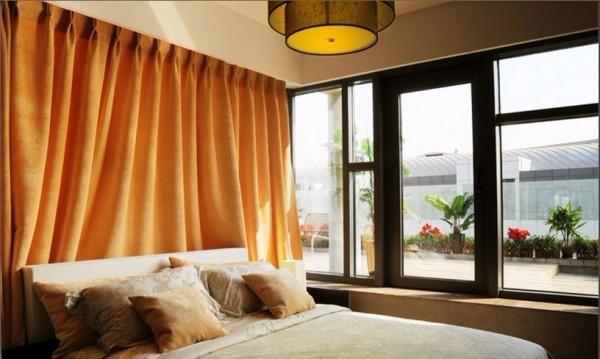 床头搭配装饰帘打造出温馨的效果