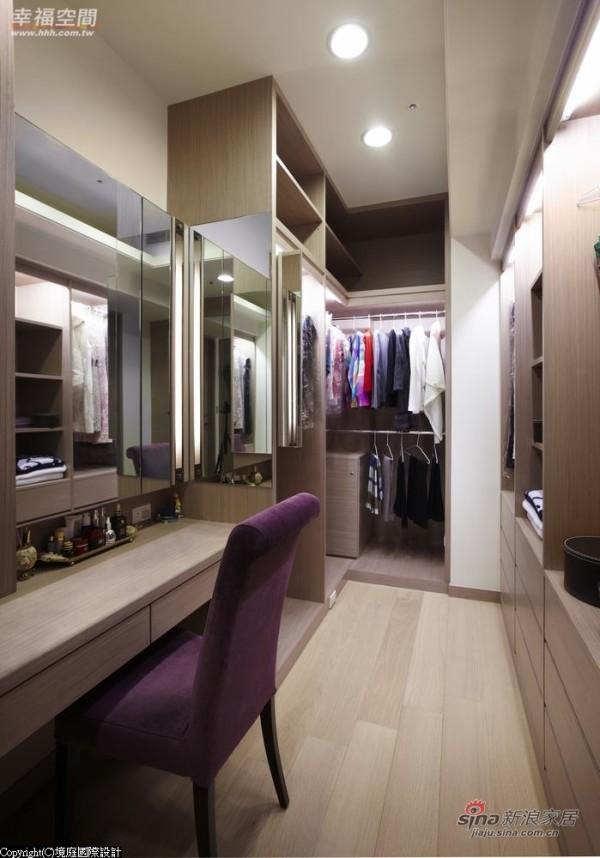 紫杉木木皮搭构出开放式的木作衣柜
