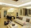客廳與餐廳天花鑲嵌茶鏡,增添偏低屋高的低