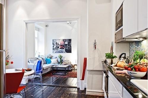 虽为小户型,但家的布置要精致,舒适的沙发,精美的装饰画,再加上明亮的采光,生活很是惬意。