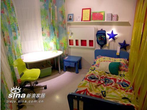 小空间布置出的儿童房,充分利用搁板进行收纳