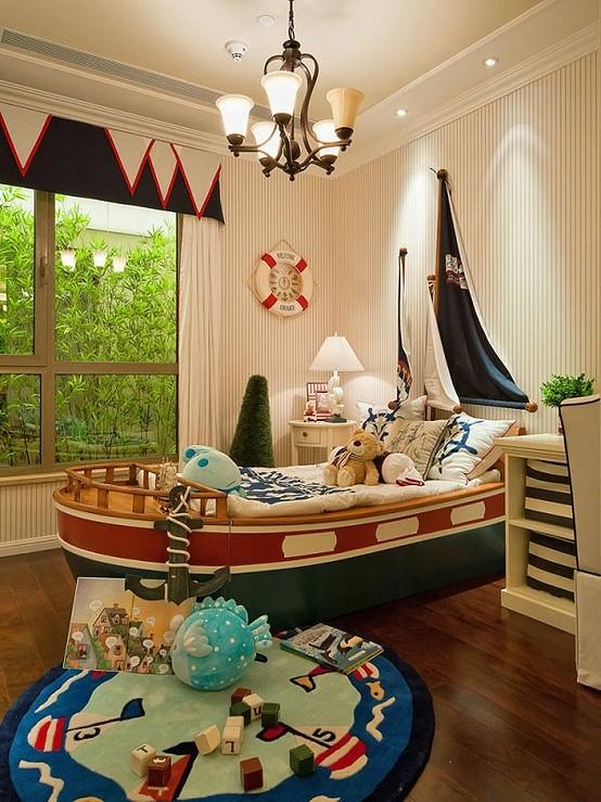海洋风格的儿童房,船形的床,罗盘形的小桌子,小吊灯,真是可爱极了