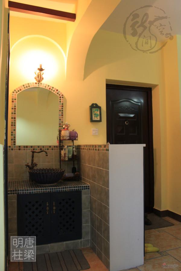 门厅旁的鞋柜与洗面区