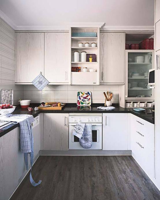 柜子和厨房里摆件在整体来看,显的空间很好~