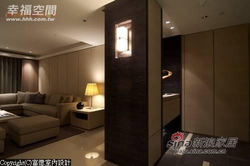 对称的一对壁灯及两侧深色木皮和石材作迎宾