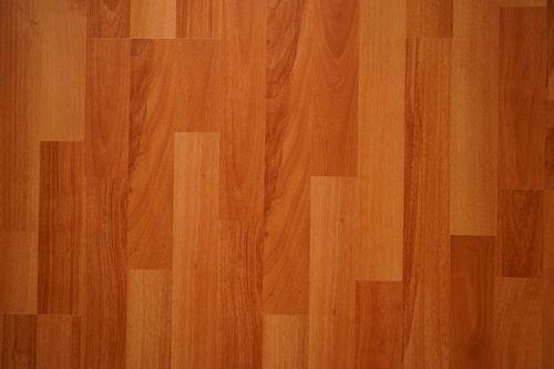 一般来说,木地板越小越好