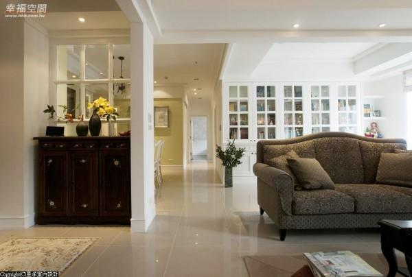 白色门斗过渡,在空间中浅浅一笔划开了客厅、开放式书房、餐厅及廊道的动线维度。